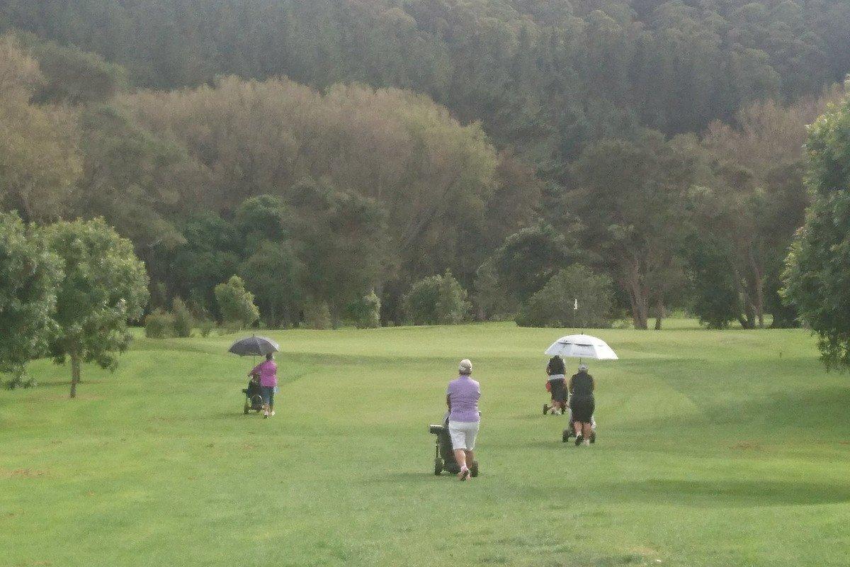 ニュージーランドでのゴルフ 傘
